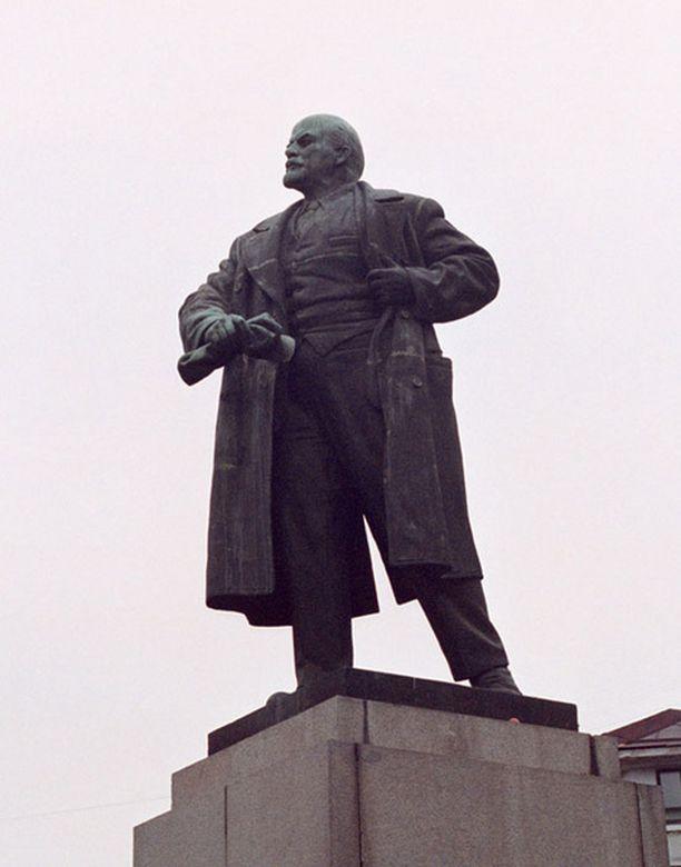 Vanha Lenin-patsas murtui kohtalokkain seurauksin. Kuvan patsas sijaitsee Viipurissa eikä liity tapaukseen.