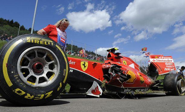 Kimi Räikkösen auto meni pahaan kuntoon, mutta kuljettajat selivisivät kolarista onneksi ehjin nahoin.
