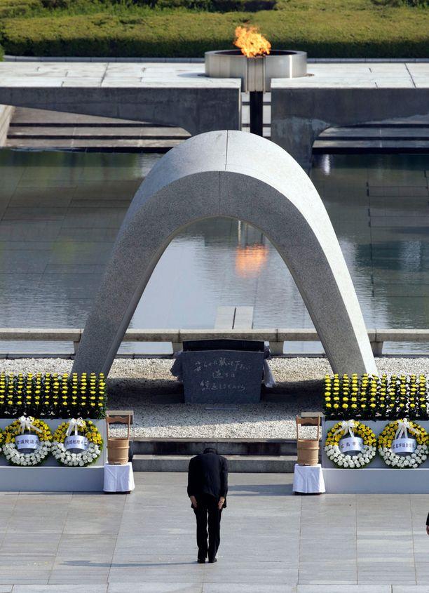 Japanin pääministeri Shinzo Abe kumarsi atomipommien uhrien muistomerkin edessä muistotilaisuudessa.