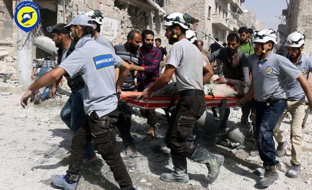 Pelastustyöntekijät kantoivat pommituksissa haavoittunutta hoitoon Aleppon itäosissa aiemmin tällä viikolla.