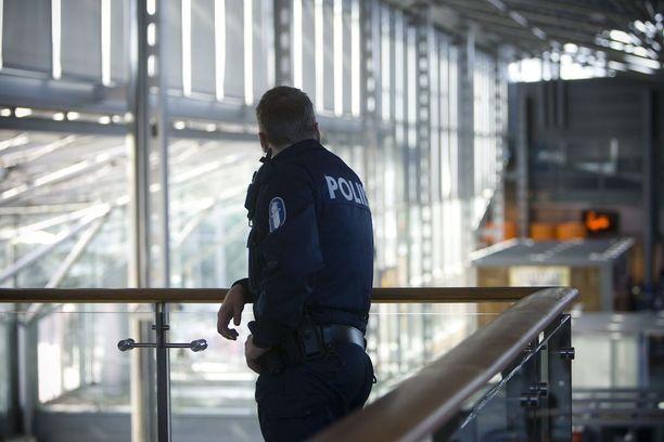 Osalla Helsinki-Vantaan poliiseista on jo konepistoolit mukanaan. Kuvituskuva vuodelta 2008.