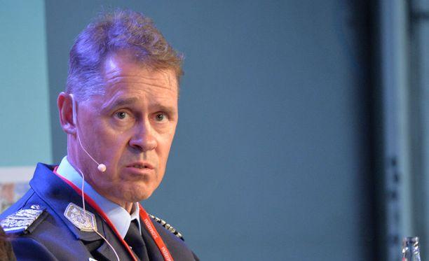 - Nyt on ollut haasteellinen tilanne, kun väkeä on ollut paljon kiinni turvapaikkatutkinnassa. Tehostettu ulkomaalaisvalvonta vaatii aina erityisjärjestelyjä, poliisiylijohtaja Seppo Kolehmainen sanoo.