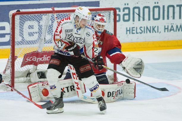 JYP (kuvassa Janne Tavi) haastoi HIFK:n viime kevään välierissä ja saattaa tehdä saman ensi kevään finaaleissa.