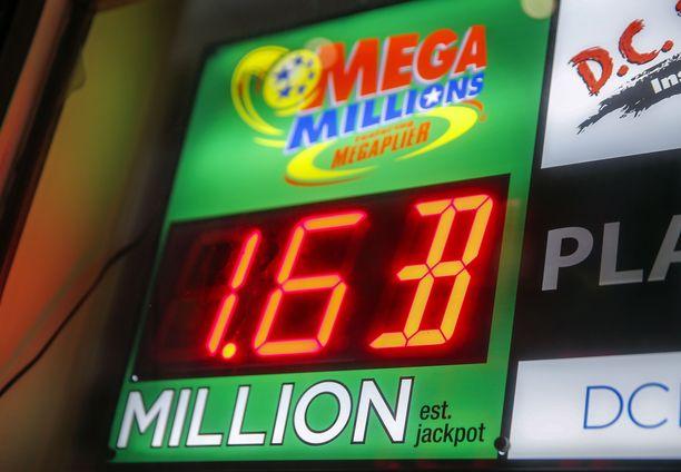 Lottokuponkeja myyvän kaupan edustalla mainostettiin lauantaina seuraavaa päävoittoa.