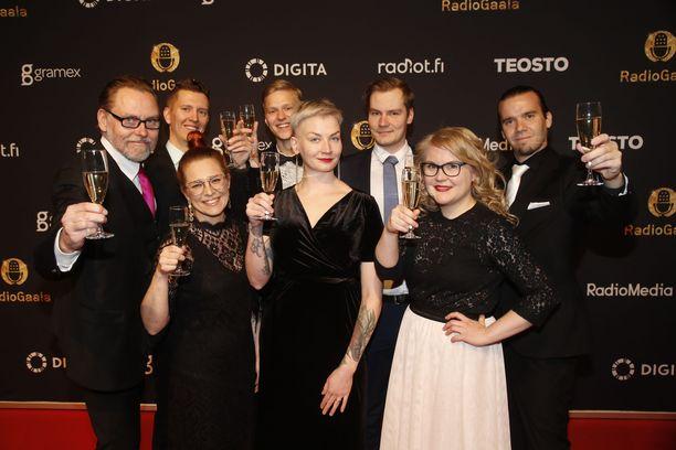 Iltalehden radiotoimittajat edustivat Radiogaalan punaisella matolla. Eturivissä vasemmalta Jenni Kivessilta, Anni Saastamoinen ja Riikka Nyman. Takarivissä vasemmalta Juha Jaakkonen, Samppa Rautio, Joonas Lehtonen, Solmu Salminen sekä Antti Halonen.