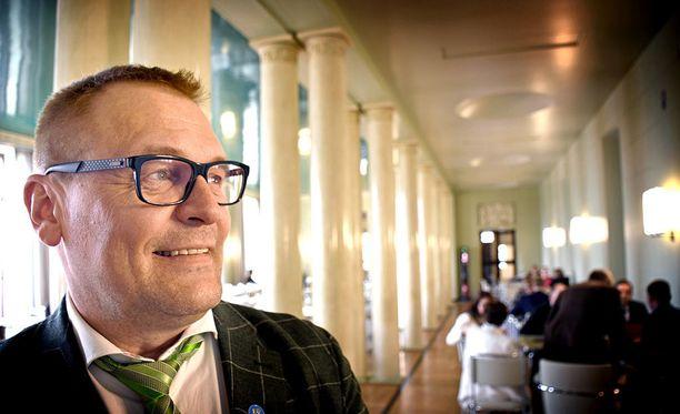 """Sinisten puoluesihteeri Matti Torvinen pitää """"normihommana"""" videotaan, jossa hän makaa sängyllä ilman paitaa ja moittii hallituskumppani kokoomuksen puheenjohtajaa Petteri Orpoa."""