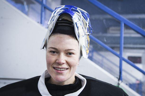 Naisleijonien tähtivahti Noora Räty torjuu ammatikseen Venäjän liigassa.