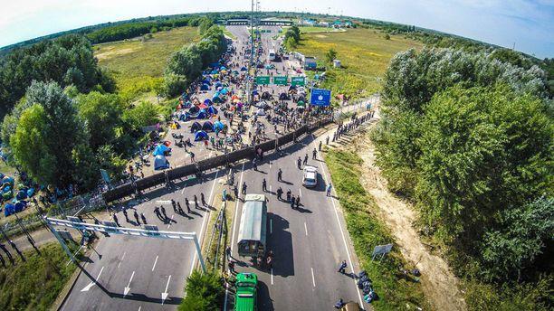 Unkari on tukkinut Serbian vastaisen rajansa aidalla.