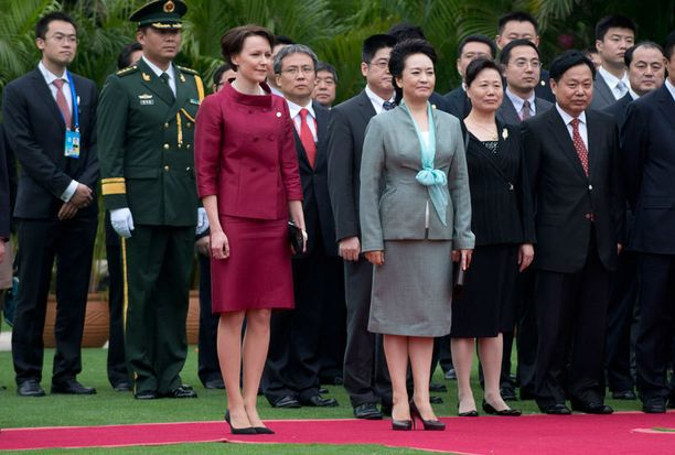 Jenni Haukio edusti lauantaina Kiinan presidentin vaimon vierellä lauantaina Hainanin saarella.