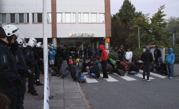 50-60 turvapaikanhakijaa osoitti mieltään Oulun poliisiaseman edustalla.