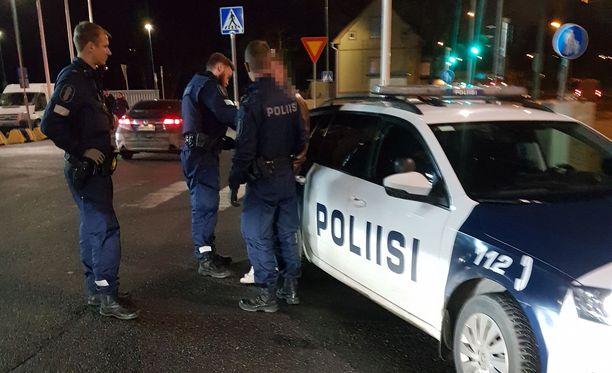 Poliisit saapuivat paikalle, kun rattijuoppo oli jäänyt kiinni tamperelaisen marketin pihalla. Sivullisten ansiokkaan toiminnan vuoksi hän ei ehtinyt jatkaa matkaansa vilkkaan liikenteen joukkoon.