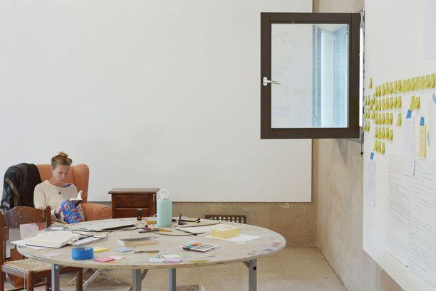 Vierailevat taiteilijat pitävät oppitunteja, ja heidän töitään on esillä Villa Lenan tiloissa.