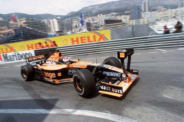 Lisätään vähän siipeä... Rata-autoilusta tuttu ilmaus otettiin Arrowsilla kirjaimellisesti vuonna 2001. Hollantilainen Jos Verstappen ajoi Arrows A22 -autollaan Monacossa näyttävän näköisen etusiiven avittamana.