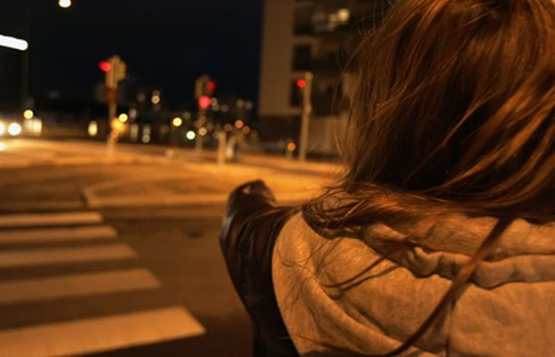 TEKOPAIKKA – Tässä ne kävi meidän kimppuun, 11-vuotias tyttö palasi pahoinpitelypaikalle Vuosaaren McDonaldŽsin edustalle.