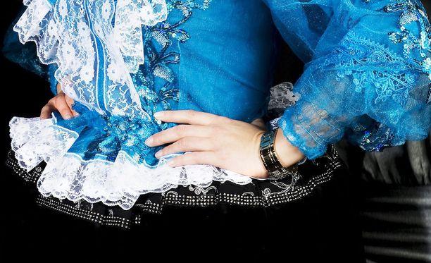 Alusvaateliikkeeseen pyrkinyt nainen oli pukeutunut perinteiseen romaniasuun. Kuvituskuva.