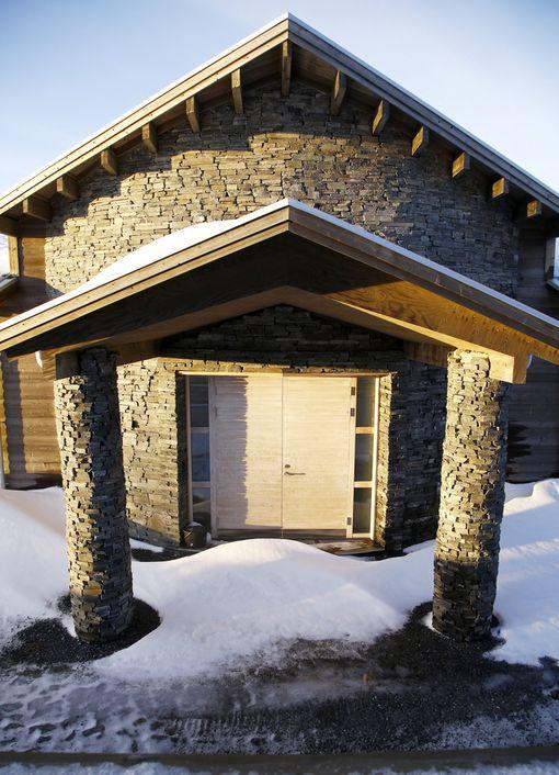 Talon verhoilussa on käytetty osittain liuskekiveä.