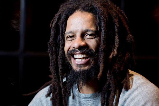 Rohan Marley erotettiin koulusta aikoinaan, koska koulumatka Jamaikalla oli niin pitkä eikä häntä huvittanut opiskella. Sittemmin miehestä on sukeutunut menestynyt yrityspamppu.