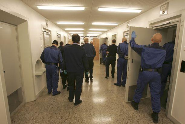 Yllätysratsiassa vangit viedään selleistään toisiin tiloihin ja erikoiskoulutetut vartijat käyvät sellit tarkoin läpi (kuvan ratsia tammikuulta 2006).