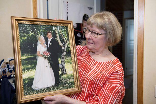 Anna-Maija Juvela näyttää tyttärensä Outin ja tämän miehen Jukan vihkikuvaa. Nuorten elämä päättyi rajuun kolariin vuonna 2005.