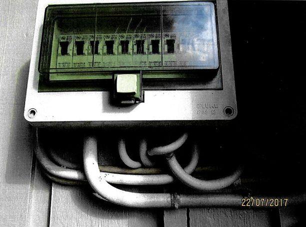 Sulaketauluna alta oli katkaistu yksi sähköjohto.