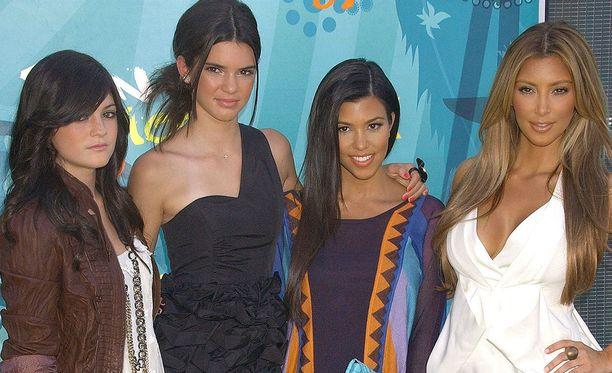 Tältä siskokset näyttivät vuonna 2009. Vasemmalla Kylie Jenner, Kendall Jenner, Kourtney Kardashian ja Kim Kardashian.