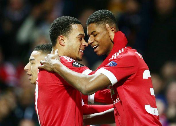 Memphis Depay (vas.) ja Marcus Rashford olivat Unitedin sankarit Midtjyllandia vastaan.