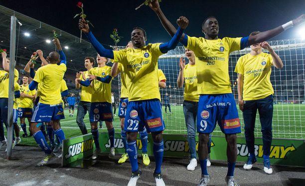 Anthony Annan (keskellä) juhlii toista mestaruuttaan HJK:ssa.
