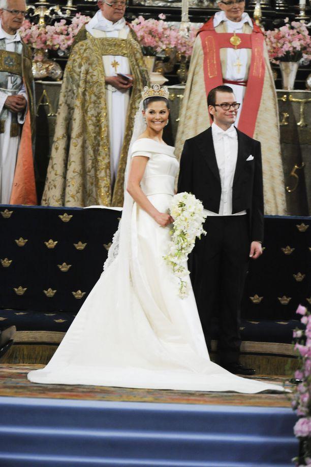 Kruununprinsessa Victorialla oli niin ikään puvussaan lyhyet hihat. Hänet vihittiin prinssi Danielin kanssa kesäkuussa 2010.