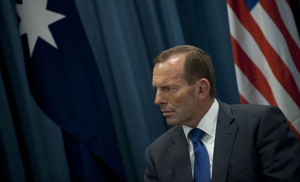 Australian pääministeri Tony Abbot ei perjantaina vastannut suoraan kysymyksiin siitä, maksettiinko salakuljettajille poiskääntymisestä vai ei.