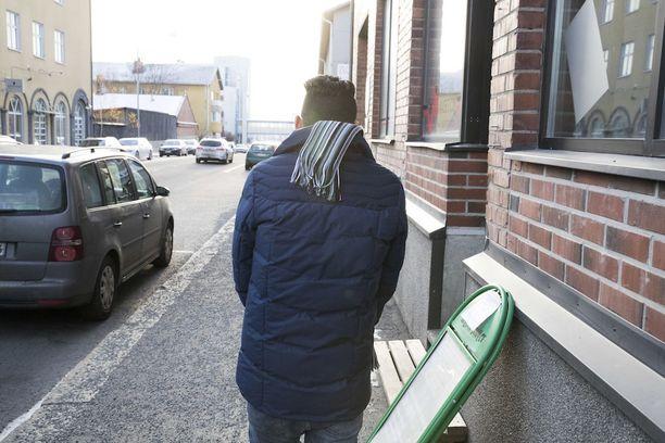 Osa turvapaikanhakijoista päätyy työmarkkinoilla tietoisen riiston kohteeksi. Kuvassa kielteisen turvapaikkapäätöksen saanut mies. Hän ei liity Helsingin Sanomien artikkeliin.