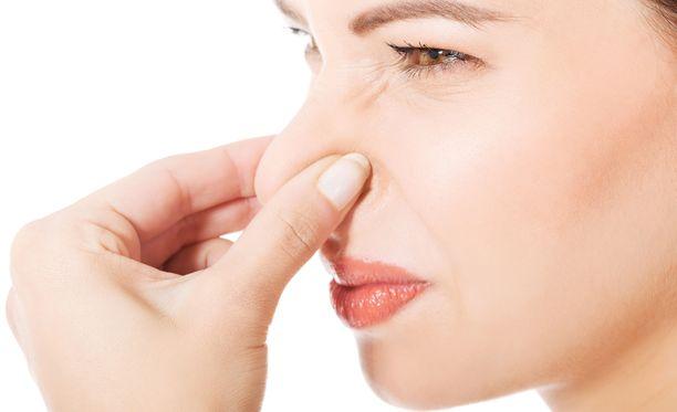 Erilaiset hajut aiheuttavat herkistyneille yleensä hengitystieoireita, pahoinvointia ja huimausta.