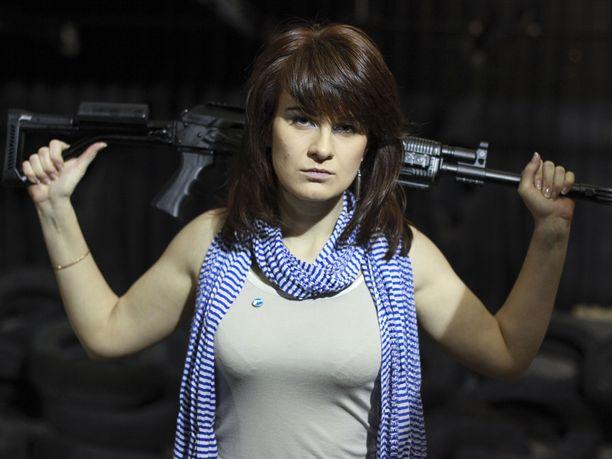 Maria Butina harrasti avoimesti aseita. Kuva vuodelta 2012.