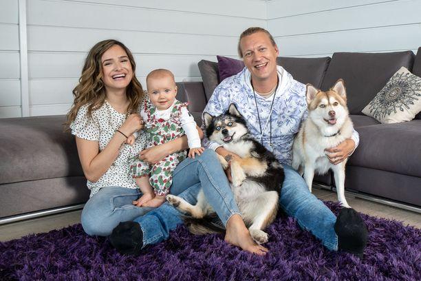 Jukan ja Chachin onni täydentyi, kun tytär Sophia syntyi marraskuussa. Perheeseen kuuluvat myös Jukan lapset aiemmasta liitosta ja pomsky-rotuiset koirat Rex ja Bandit.