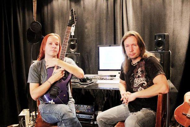 Timo Kotipelto ja Jani Liimatainen ovat viime päivät nauhoittaneet mökin studiossa uutta materiaalia.