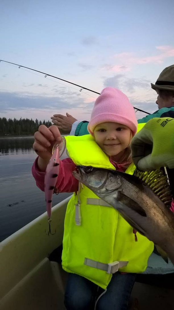 5-vuotias Erika Karhunen sai ensimmäisellä kalareissullaan kaksi kuhaa pinkin vieheen avulla.