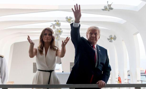 Melania ja Donald Trump heittelivät kukkia vieraillessaan Pearl Harborin muistomerkillä Honolulussa.