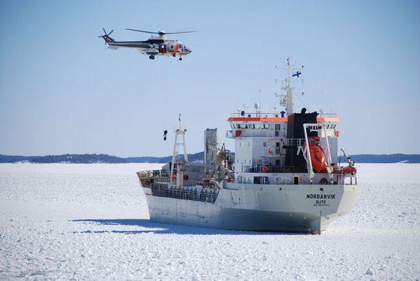 Rahtilaiva Nordanvik joutui merihätään.