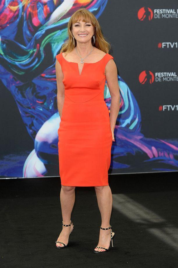 Oranssipunainen kotelomekko puki upeasti hoikkaa näyttelijätärtä.