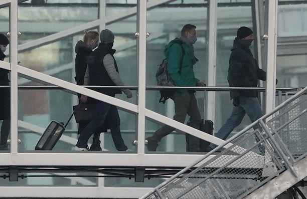 Aleksei Navalnyi asteli koneeseen vaimonsa Yulian kanssa iltapäivällä. Lento pääsi lähtemään Berliinistä noin kello 16.20.