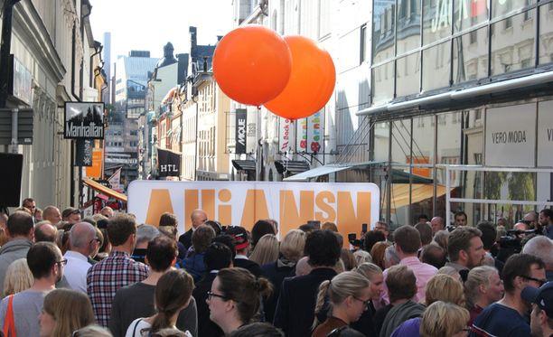 Porvariallianssi mainosti saavutuksiaan sunnuntaina Drottninggatanilla. Ruotsi on porvarijohtajien mukaan maailman luovin maa. Vanhuksetkaan eivät ole olleet ikinä yhtä tyytyväisiä kuin nyt, yleisölle kerrottiin.