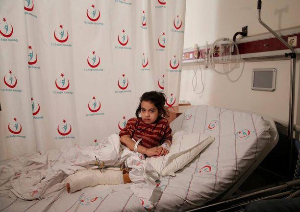 Syyrialainen Aya Sharqawi, 6, haavoittui ilmaiskussa kotikaupungissaan Tel Rifaatissa. Hänet kuvattiin helmikuun 9. päivänä sairaalassa Turkin Kilisissä.