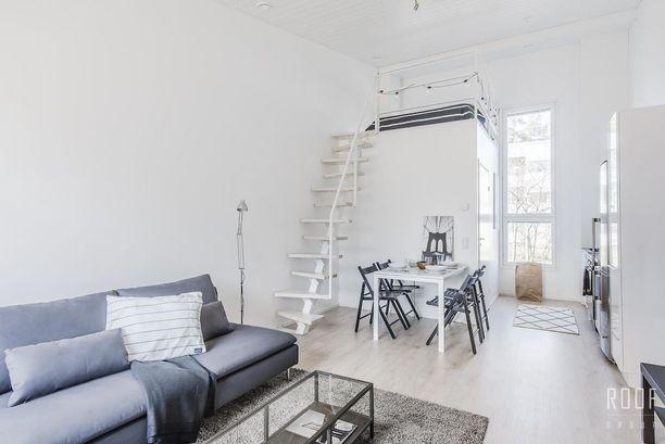 Helsingin Kivikossa myytävän yksiön asuinpinta-ala on vain 30,5 neliötä, mutta korkeus tuo tilaan lisää väljyyttä. Korkeus mahdollistaa myös kunnon parvitilan, jonka alle mahtuu kylpyhuone.