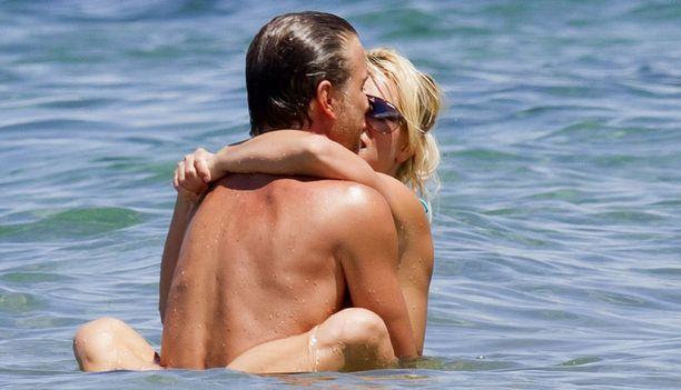 Aiemmin kuvaaja yllätti kuhertelevan pariskunnan rantavedestä.