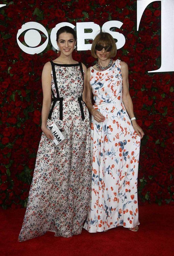 Voguen päätoimittaja Anna Wintour juhli tyttärensä Bee Schafferin kanssa. Asuvalinta on selvästi suunniteltu yhdessä!