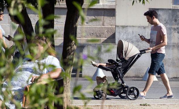 Pormestaria huolestuttaa se, että taskuhirviöiden metsästys vie liikaa huomiota muulta liikenteeltä. Kuva pokemon-pelaajista Pariisista.