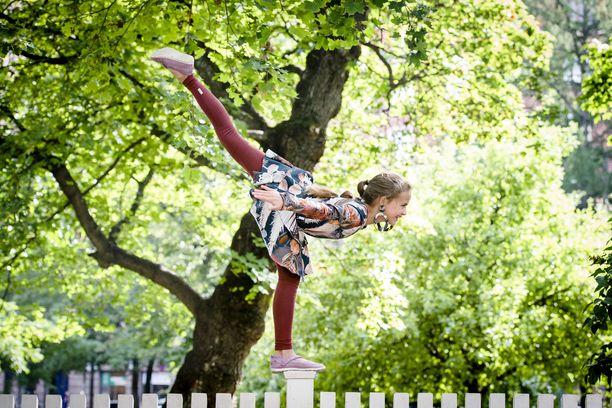 Elina, 11, harrastaa muun muassa tanssia ja akrobatiaa. Hänen idolinsa on voimistelija Sofie Dossi ja siksi Elina halusi näyttää Iltalehden kuvaajalle vaaka-asennon aidan päällä – ethän kokeile tätä kotona!