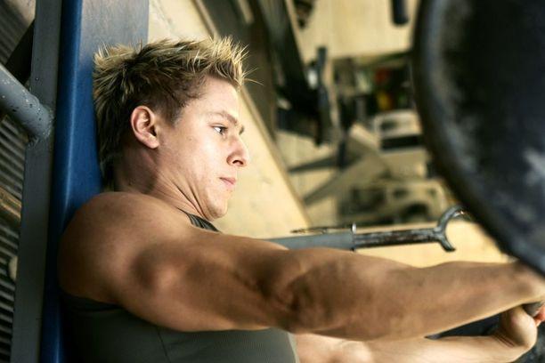 Markus Pöyhönen nostaa penkistä 160 kiloa.