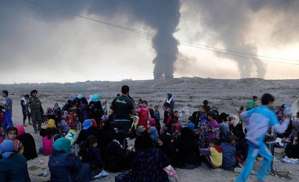 Siviilit pakenevat massoittain Mosulia ympäröivistä kylistä.