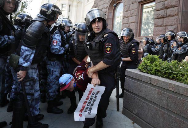 Moskovan lauantain mielenosoituksessa poliisin otteet olivat tarkkailijoiden mukaan monin paikoin kovat.