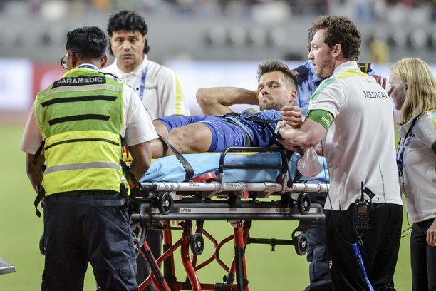 Viron Magnus Kirt poistui Dohan stadionilta lääkintähenkilökunnan kyydillä. Hän loukkasi olkapäänsä keihäsfinaalin viidennellä kierroksella.